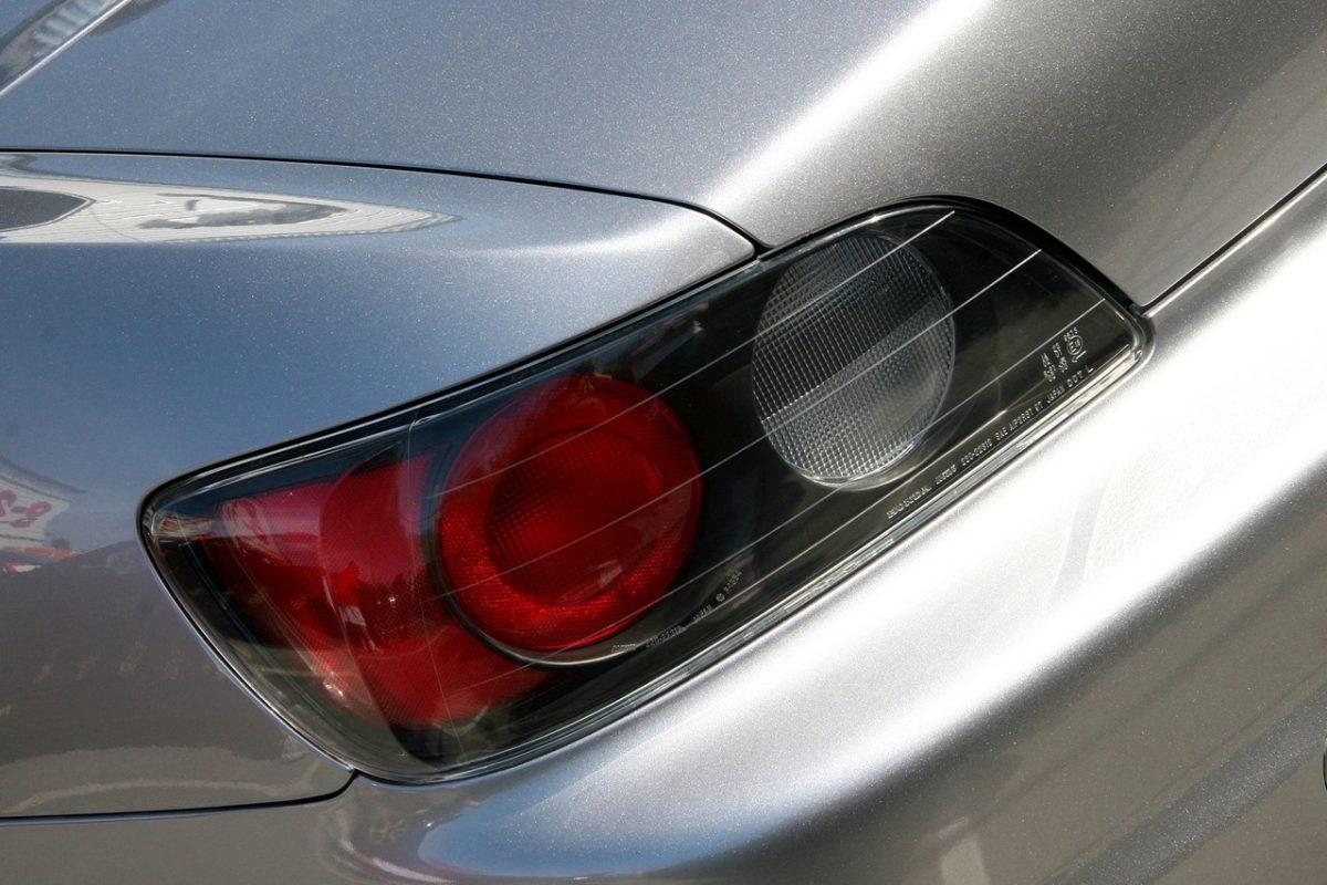 Dlaczego warto okleić samochód folią?
